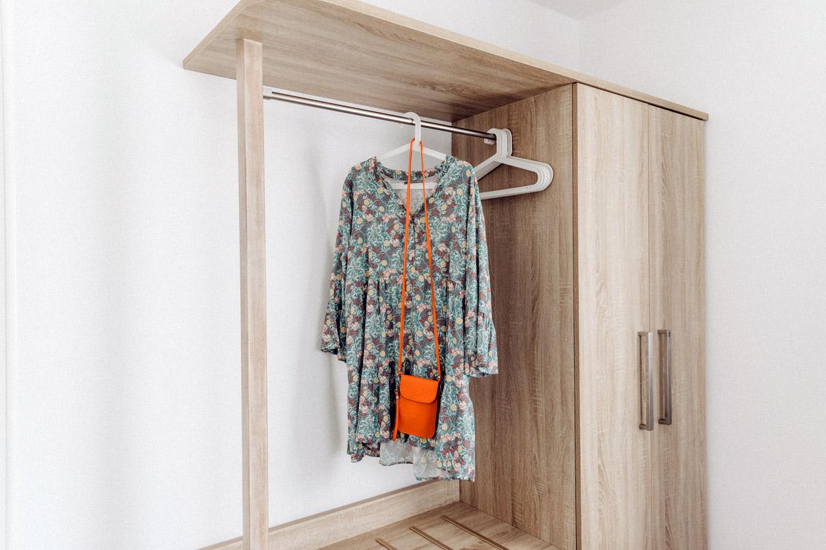 Schrank mit Garderobe